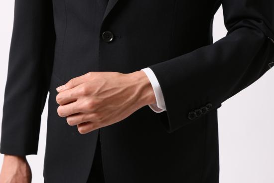 腕を曲げた時のジャストサイズスーツの袖の長さ