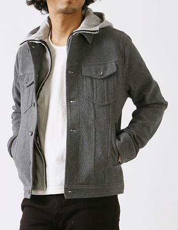 フード付きデニムジャケットに白シャツ