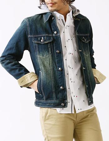 フード付きデニムジャケットに柄物シャツ