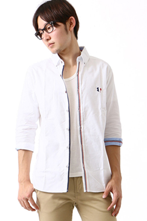 白のカジュアルシャツ