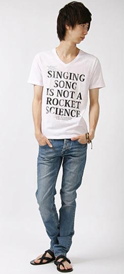 白Tシャツとジーンズの着こなし