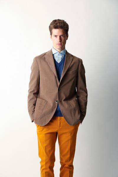 ブラウンジャケットとオレンジパンツ