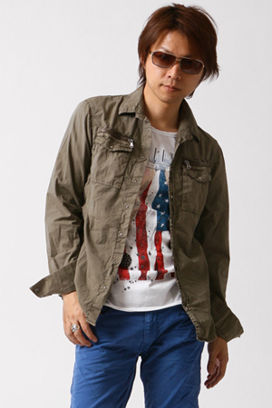 グレーのミリタリーシャツ