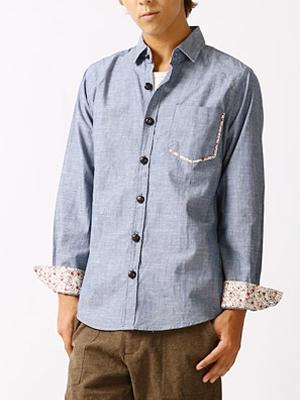 青のダンガリーシャツの着こなし