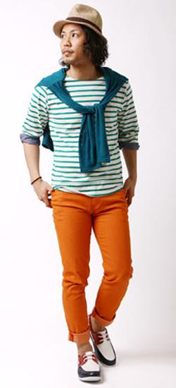 オレンジのカラージーンズの着こなし