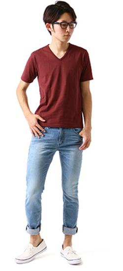 カラーTシャツとジーンズの着こなし