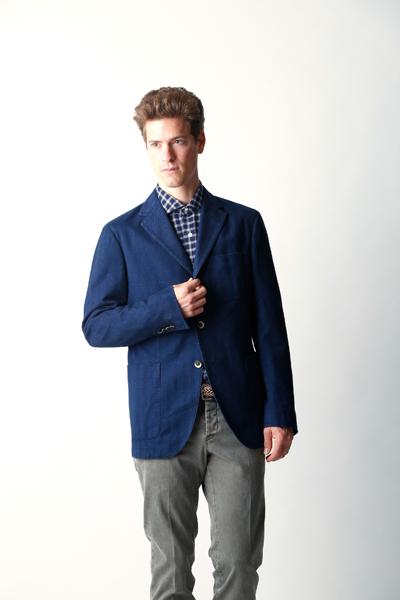 ブルージャケットとグレーパンツ