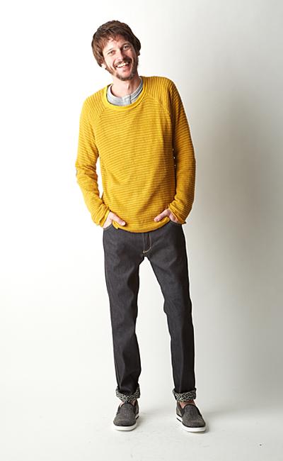 黄色のカットソーの着こなし