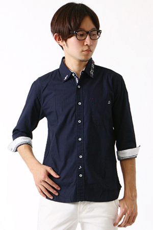 ネイビーのカジュアルシャツ