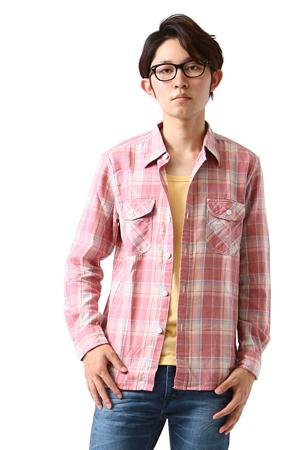 赤のチェック柄のシャツ