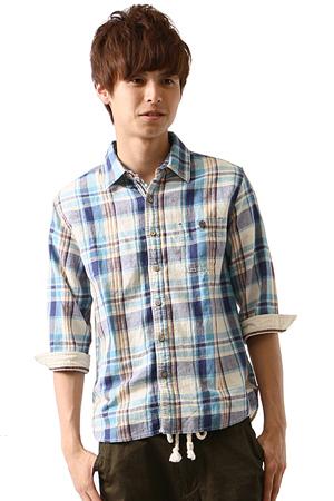 青のチェック柄のシャツ