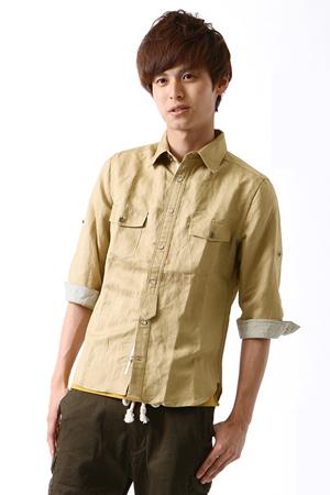 ベージュのミリタリーシャツ