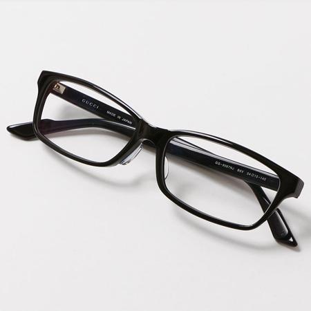 黒フレームの色無しのグッチのサングラス