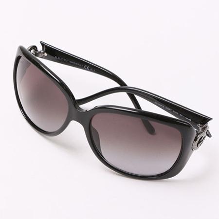 シルバーのロゴが入ったグッチのサングラス