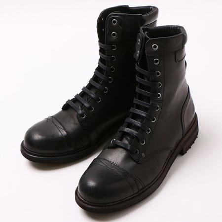 シンプルな黒のディーゼルブーツ